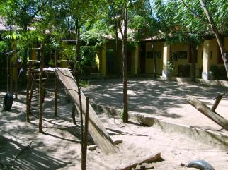 Parque infantil e campinho de futebol
