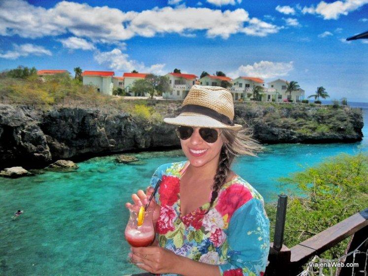 Tomando Pina Colada em Curaçao