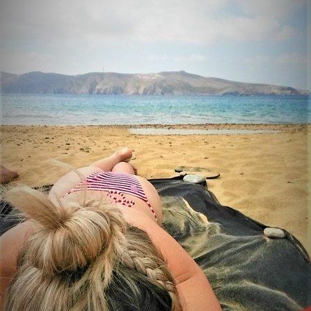 Tomando sol na praia em Mykonos
