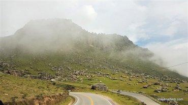 Estrada com neblina no Peru na região de Ancash