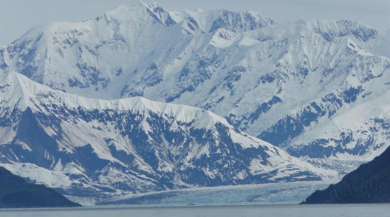 Geleira Hubbard: uma maravilha natural de gelo azul translúcido no meio do Golfo do Alasca