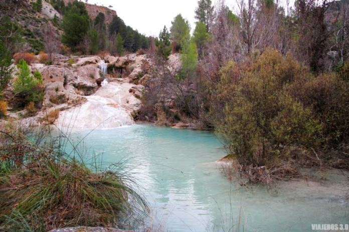Aguas turquesas y pozas naturales en Cuenca