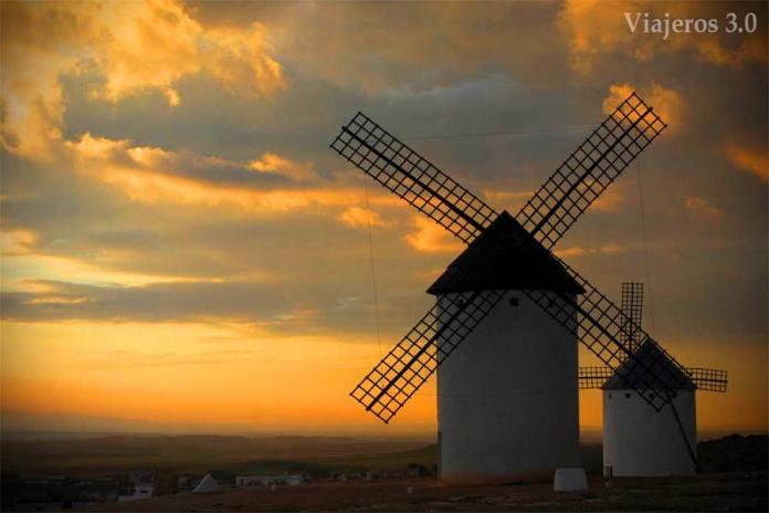 molinos de viento en Campo de Criptana atardecer