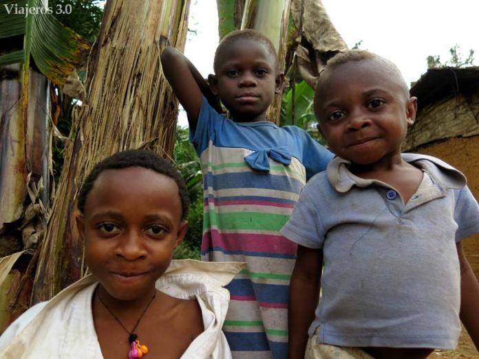 niños pigmeos baka en Camerún