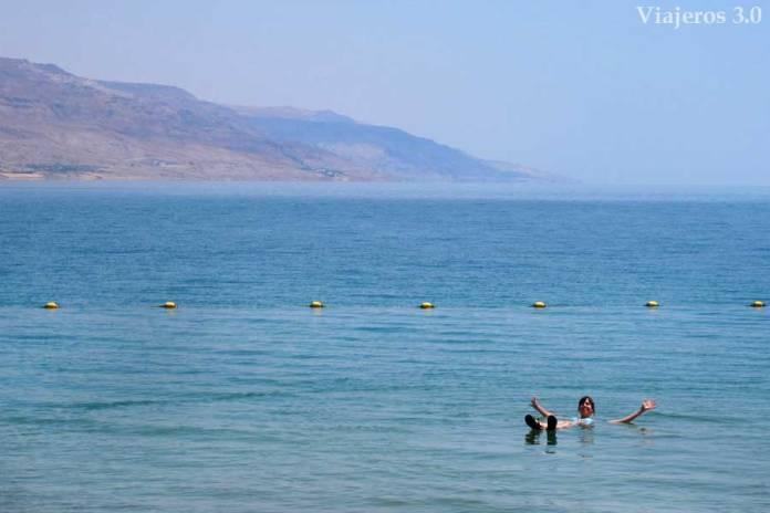 flotar en el Mar Muerto, Jordania