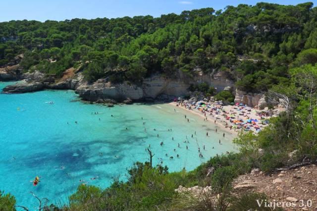 vista panorámica de cala Mitjana en Menorca, que ver en Menorca
