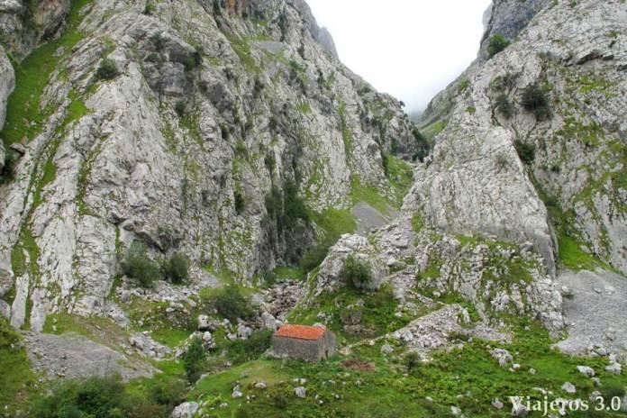 inicio de la ruta de senderismo a Bulnes, Cómo subir a Bulnes, a pie o en funicular
