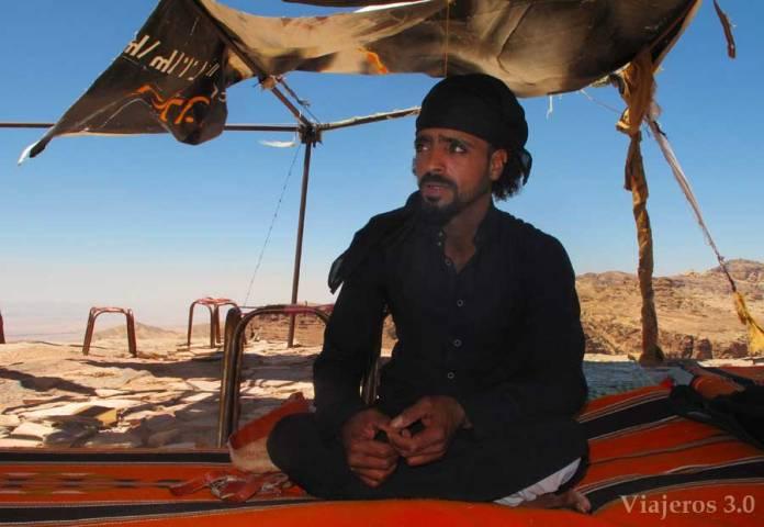 beduino en un mirador junto al Monasterio de Petra