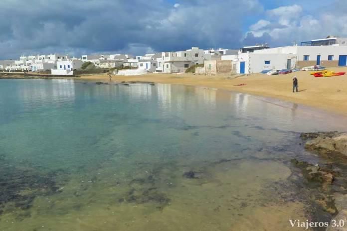 playa de Caleta de Sebo en La isla de La Graciosa