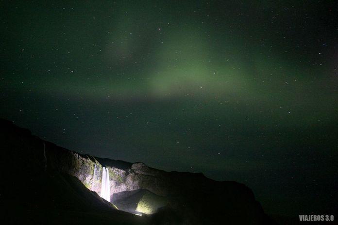 Ruta por Islandia, auroras boreales en Seljalandsfoss