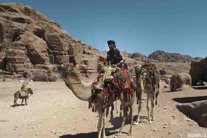 beduinos en Petra, ruta por Jordania en una semana