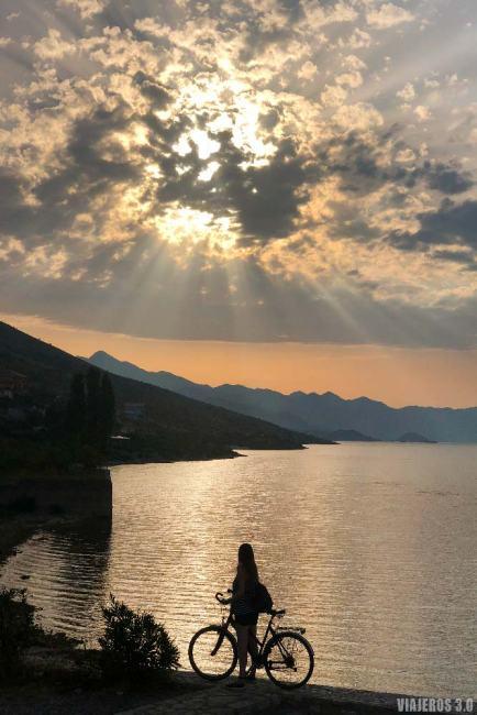 Atardecer en el lago Skadar.