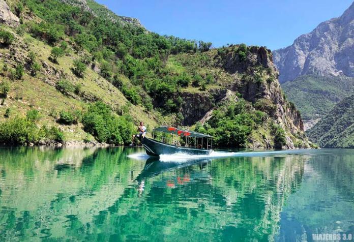 Barco en el lago Koman, Albania