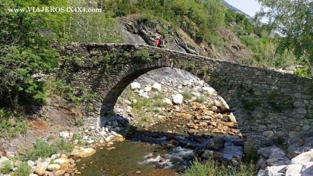 Puente antiguo medieval de un arco cruzando un arroyo