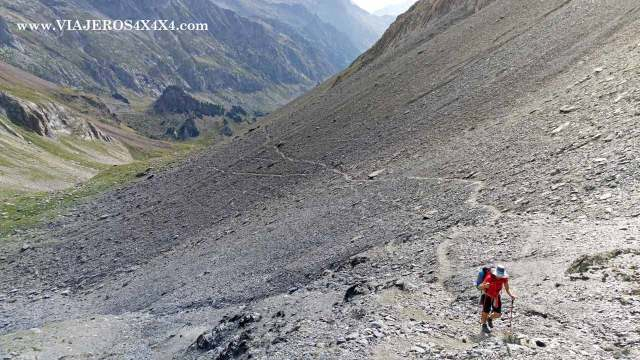 Subiendo una cuesta rodeada de piedras en medio de la montaña