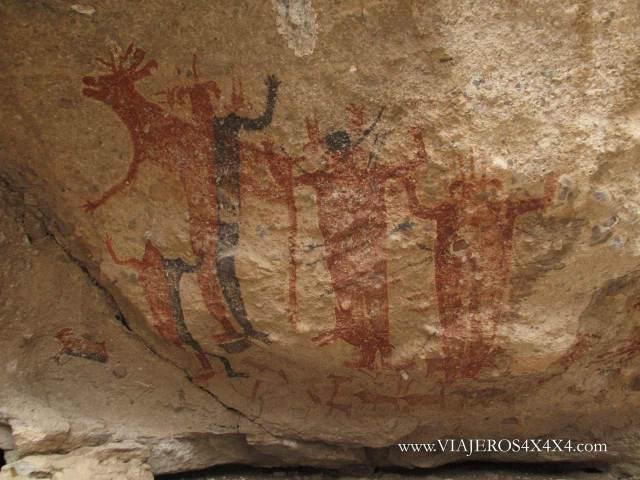 Pinturas rupestres de hombres gigantes en colores rojo y negro