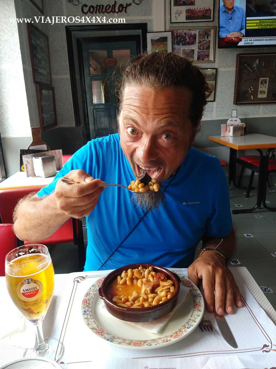 Comiendo un plato de fabada en Asturias