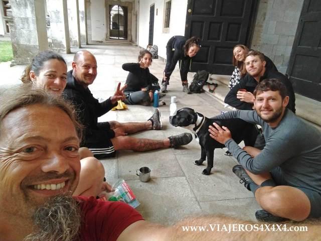 Amigos y peregrinos sentados en el suelo en el Camino de Santiago