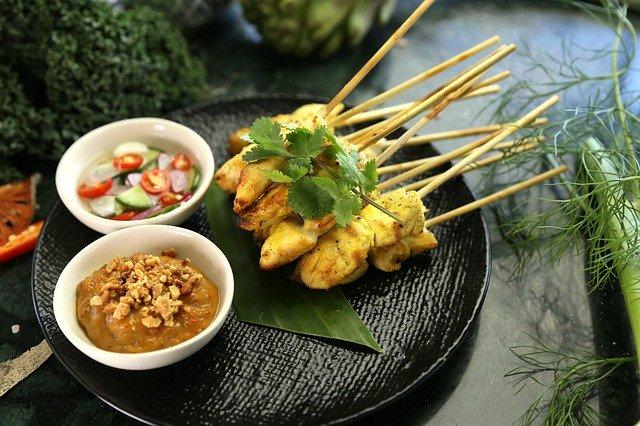 satay de pollo, comida tailandesa a la brasa