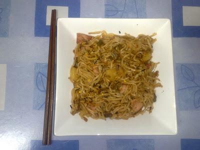 Preparando comida asiática casera: sushi, onigiri, miso, katsudon, oyakodon, yakisoba, dim sum, tallarines, arroz, etc.