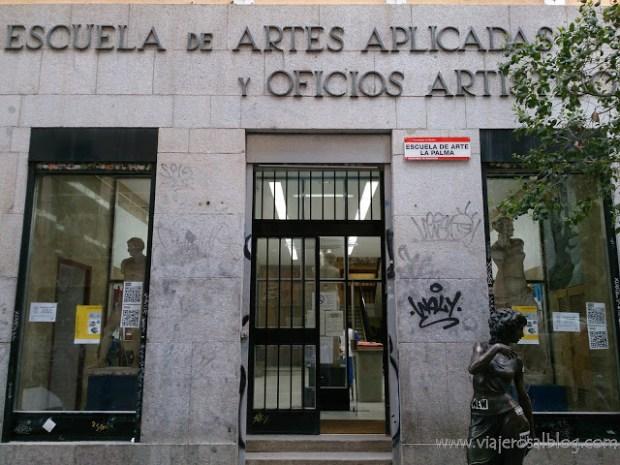 Estatuas urbanas de Madrid: La Paseante de la Escuela de Arte.