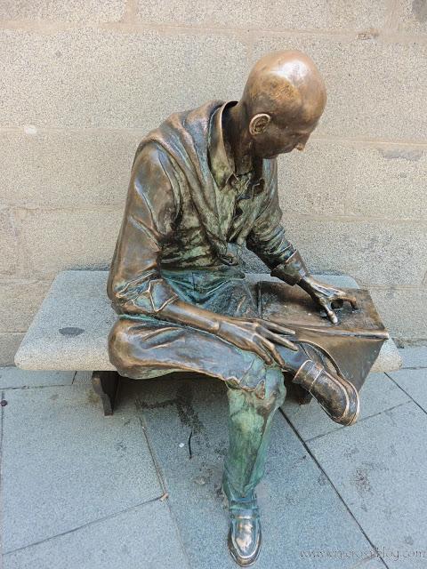 Estatuas urbanas de Madrid: El Lector de la Plaza de la Paja.