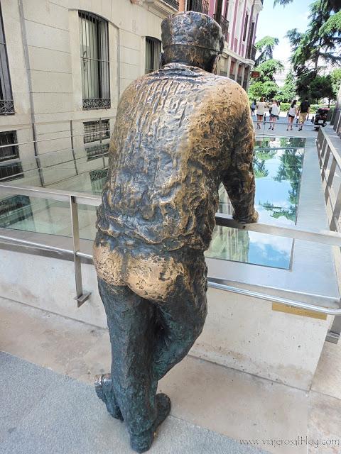 Estatuas urbanas de Madrid: Un Vecino Curioso en la Calle Almudena.