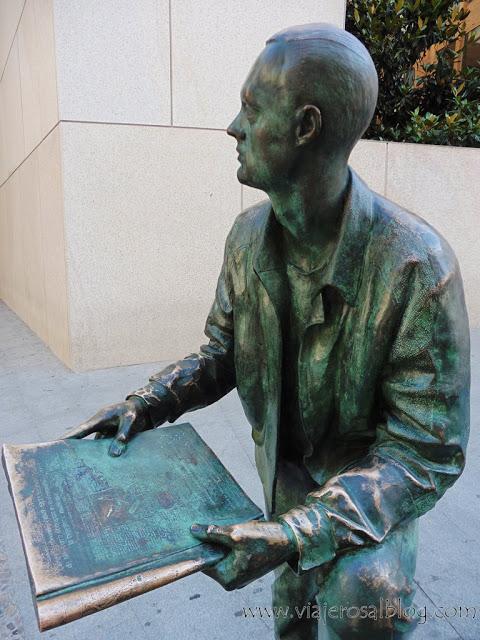 Estatuas urbanas de Madrid: El Lector frente a la biblioteca en la Calle de San Justo.