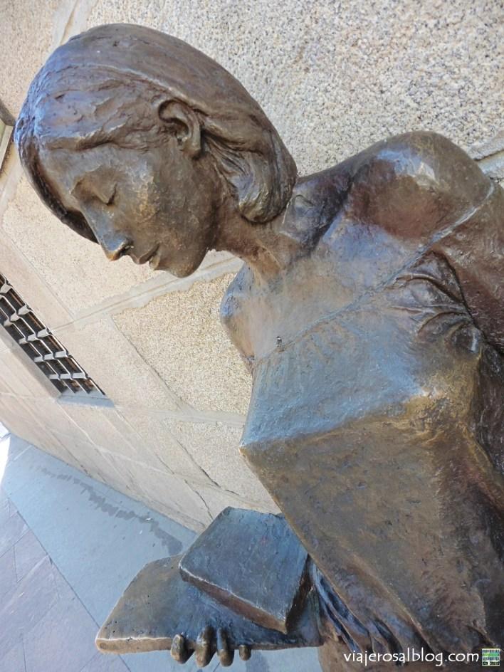Las mujeres perennes de Barrio de Universidad y Malasaña (Madrid, España). Estatuas urbanas.