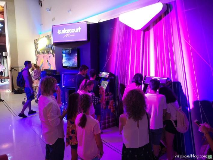 Exposición Stranger Things 3. Telefónica Flagship Store Madrid.
