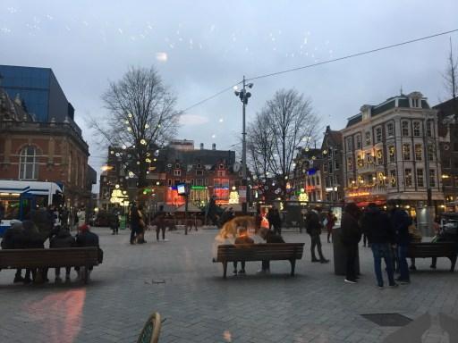 Vista desde dentro del local viendo Leidsplein. Fin del Día 5: Excursión a Edam, Volendam y Monickendam