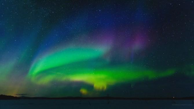 Cielo nocturno con aurora boreal
