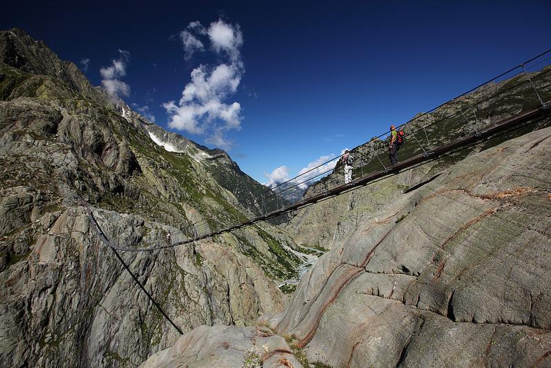 Puente Triftel mayor puente pedestre en suspensión en los Alpes Suizos