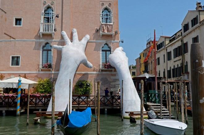 Esculturas de manos gigantes por todo el mundo