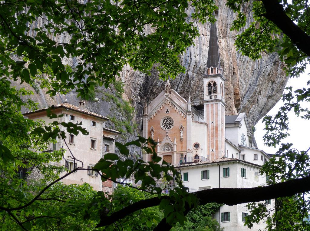 El santuario Madonna della Corona parece suspendido en el aire