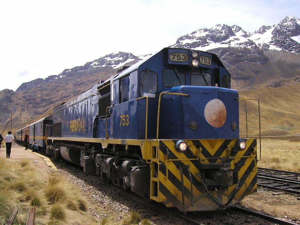 Tren Perurail en la ruta Puno - Lake Titicaca Railway