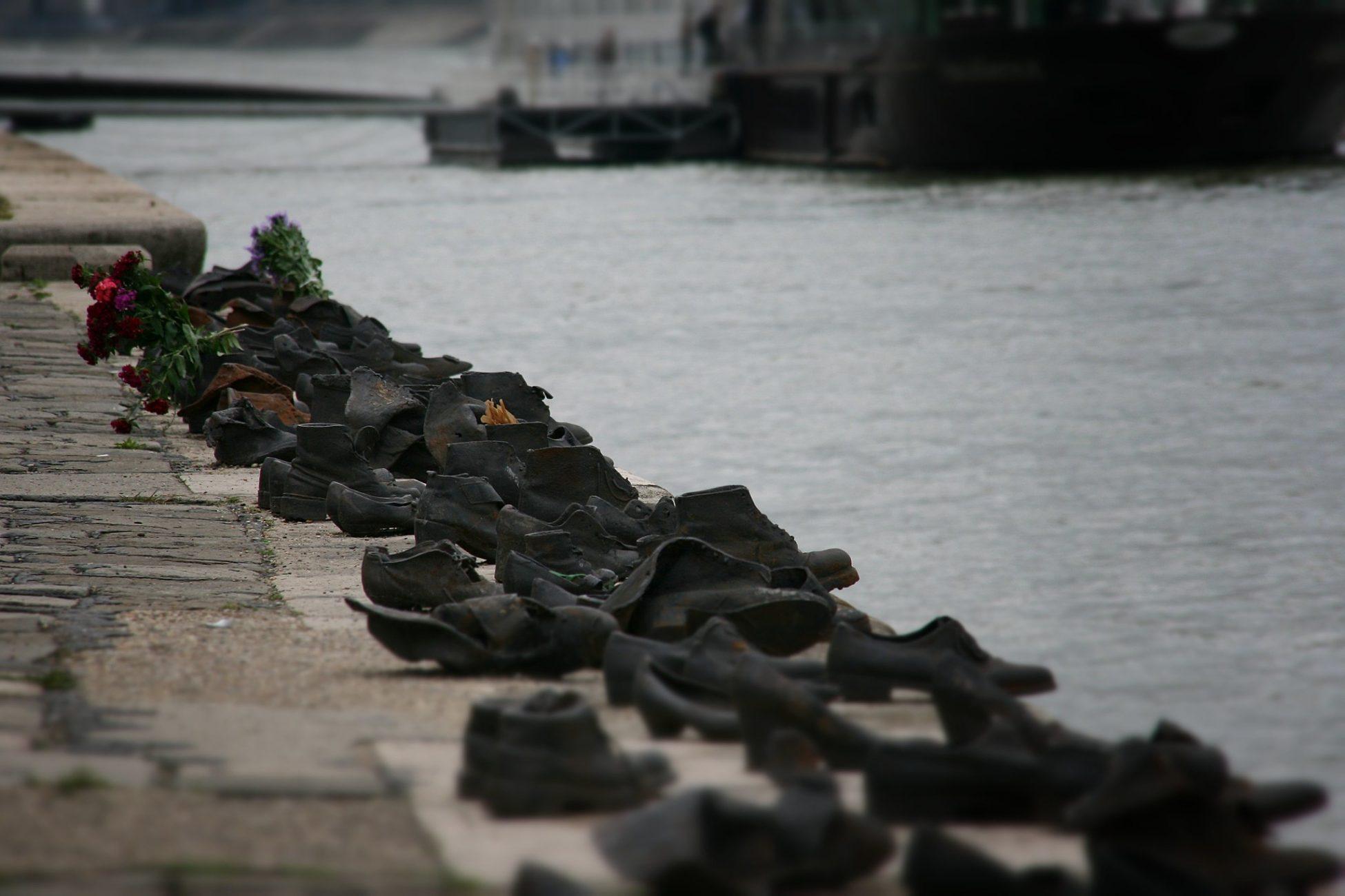 Zapatos en el Paseo del Danubio