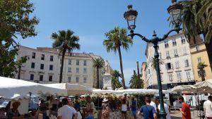 Plaza del Mercado y estatuda de Napoleón en Ajaccio, Córcega