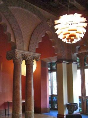Interiores modernistas arcos lámparas Mansió Baró de Quadras Barcelona