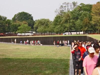 Colas turistas pared nombres soldados muertos Monumento a la Guerra de Vietnam Washington