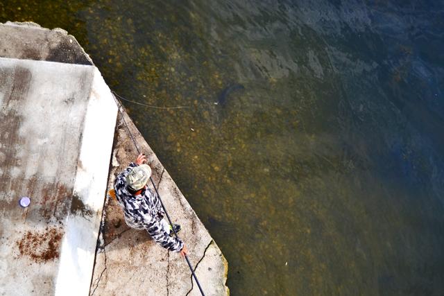 Pescador traje militar lago Snagov Bucarest Rumanía