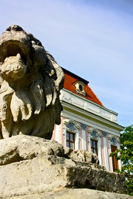 Escultura rostro león piedra entrada Palacio Real Gödöllő Budapest Hungría