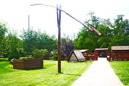Entrada jardines finca construcciones madera gran llanura Puszta Hungría