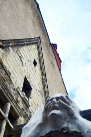 Escultura rostro manos casas tradicionales centro histórico Angers