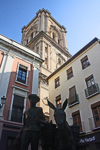 Escultura agricultor burro plaza Bib-Rambla centro histórico Granada