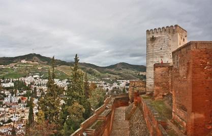 Al contrario que siempre la Alhambra contempla el Albaycin y el Sacromonte