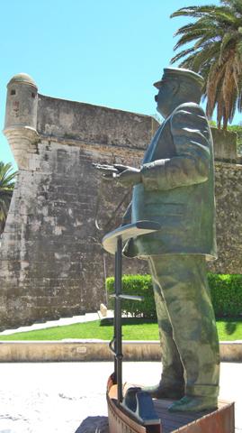 Estatua almirante y Castillo Cascais