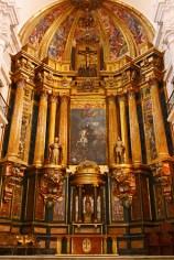 Altar mayor en Ucles rezando por el arte