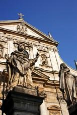 Escultura apóstoles entrada Iglesia de San Pedro y San Pablo Cracovia