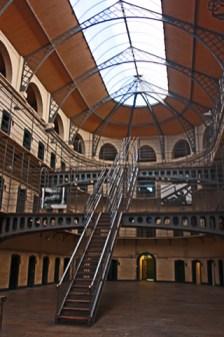 Patio central escaleras celdas cárcel Kilmainham Gaol Dublín